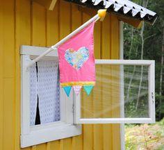 Egen flagga till lekstugan Babe Cave, Backyard For Kids, Kiosk, Play Houses, Projects For Kids, Playground, Playroom, Kids Room, Barn