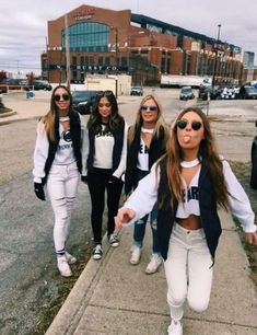 Need some trendy game day outfit ideas for the season? Want to support your school and look good while doing it? Here's 25 insanely cute college game day outfits to copy this season! College Football Games, College Game Days, Football Outfits, College Life, College Schedule, Football Themes, High School Football, Winter Outfits, Tailgate Outfit
