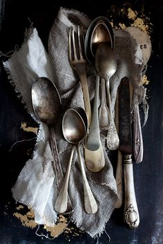"Silverware and more silverware. Previous pinner says: ""I am a vintage silverware hoarder, no joke. You should see my stash"". Vintage Silver, Antique Silver, Vintage Glamour, Vintage Stuff, Vintage Industrial, French Vintage, Wabi Sabi, Foto Picture, Hillbilly"
