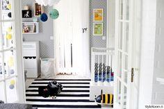 lastenhuone,lastenhuoneen sisustus,moderni,mustavalkoinen,tapetti,lelut sisustuksessa