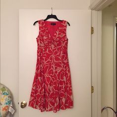 JONES NEW YORK Signature Petite Dress Beautiful floral dress - gently worn - side zipper - small tear under bust area (see picture) - otherwise in great condition!! Jones New York Dresses