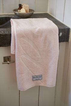 Deilig frottéhåndkle i 100% fra Riviera Maison Mål: 50x100cm Kommer i flere farger og størrelser, også i vaskeklut og badmatte