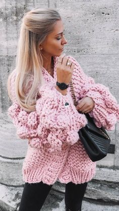 cozy outfit idea_pink knit cardigan + black bag + skinny jeans