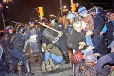 Desalojo por granaderos. Policias = violencia. Zocalo, Mx