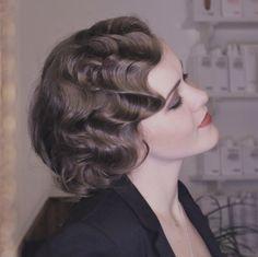 Wasserwellen-Tutorial. Lerne mit Video, Materialkit oder Ebook, dir selbst eine 20er Jahre Frisur zu stylen!  Mehr dazu im Blogbeitrag!
