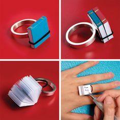 Book Ring: l'anello libro, una trovata geniale per copiare agli esami. Realizzato dalla designer Ana Cardim, si chiama Book Ring e si tratta di un anello che dispone di 2 libricini ove riportare tutte le informazioni di cui si necessita per copiare agli esami di stato o universitari.
