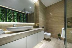 mur-vegetal-exterieur-salle-bains-carrelage-aspect-travertin-meuble-vasque-blanc mur végétal extérieur