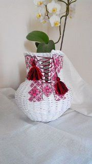 Vaso con chiusura a bustino Paper Basket Weaving, Weaving Art, Mini Craft, Quilling Paper Craft, Newspaper Crafts, Art N Craft, Cardboard Crafts, Construction Paper, Diy Projects To Try