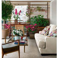 """""""Gente me apaixonei por essa varanda. Achei fantástica a ideia de usar um painel em madeira ripado para esconder o condensador do ar condicionado. O…"""""""