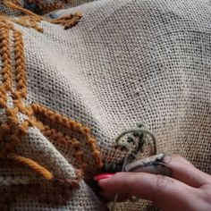 Hobo Bag Tutorials, Videos No Instagram, Foto E Video, Blog, Funky Decor, Hand Embroidery Stitches, Farmhouse Rugs, Weaving Wall Hanging, Profile