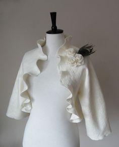 43fe61e7db1b2 Articles similaires à Mariée veste boléro Shrug Peacock mariée blanche  Ivoire veste laine et soie feutré avec des fleurs de Rose et de la plume de  paon sur ...
