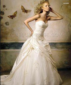 Robe de mariage pas cher sur mesure Prix : €143,99 Lien pour cette robe : http://www.robedumariage.com/robe-princesse-bustier-en-coeur-applique-fleur-plis-semi-cathedrale-taffeta-robe-de-mariee-originale-product-1242.html