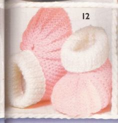 """Welted toe booties (the """"Danish pattern"""") ~ Chaussons roses et blancs qui me… Baby Knitting Patterns, Baby Patterns, Baby Bootees, Knit Baby Booties, Heirloom Sewing, Baby Dress, Knit Crochet, Baby Shoes, Slippers"""