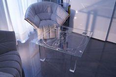 MODERNÍ SKLENĚNÝ STOLEK TB-04 | SZKLO-LUX Jaroslaw Fronczak | Processing and wholesale of glass - Deska je vyrobena z bezpečnostního skla VSG 8.8.2 Diamant (optiwhite), síla 16 mm, fazetované hrany, ve skle je umístěná rytina znázorňující proslulou kresbu Leonarda da Vinci. Nohy jsou vyrobeny z křišťálového skla. Gravure Laser, Glass Furniture, Modern Glass, Glass Table, Tables, Chair, Design, Home Decor, Luxury