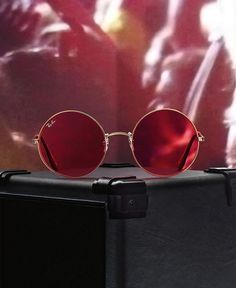 See the world in vivid rosy color with rounded Ray-Ban sunglasses.