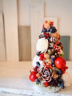 クリスマスの雰囲気たっぷりのみにミニツリーコットンやミニベリーそしてりんごも♪色とりどりの実物がたくさん・・・お部屋を明るくしてくれるミニツリーです直射日光や...|ハンドメイド、手作り、手仕事品の通販・販売・購入ならCreema。