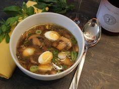 Újhagymás, pirított gombás leves fürjtojásokkal és egy könnyű gyöngyözőborral Naan, Minion, Ethnic Recipes, Blog, Minions, Blogging