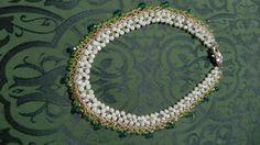 collana con cristalli e rocailles bianca e verde