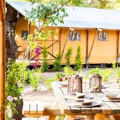 Safari Tent: vakanties in een tent, glamping in Toscane Glamping, Camping Europe, Outdoor Furniture Sets, Outdoor Decor, Modern Luxury, Happy Holidays, Tiny House, Tenten, Gazebo
