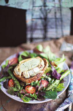 Vuohenjuusto-leipäsalaatti