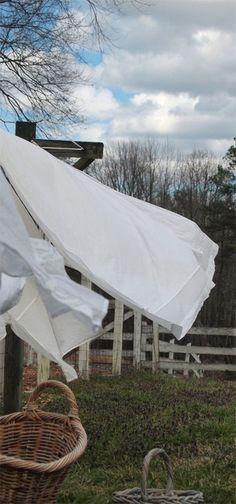 Esta foto me lembra os livros da Rosamunde, na Escócia ou na Cornwwall, ela muitas vezes se refere às roupas recém lavadas secando ao vento....