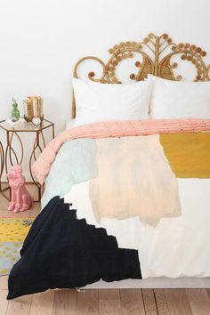 Absolutely loving these colors & that beautifully intricate headboard.