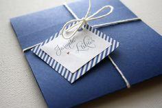 námořnické svatební oznámení Vyrábíme svatební oznámení na přání, toto je jedno z nich. Námořnické téma, ovšem trošičku střídmější. Pokud máte zájem o podobné oznámení nebo máte jiný motiv či nápad, rádi vám ho pomůžeme vytvořit.