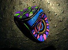 97, Galet flashy peint à l'acrylique dans les tons rose, bleu, vert, gris, jaune, mauve, blanc,