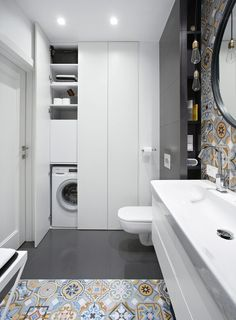 W SZAFIE z otwieranymi na dotyk frontami mieści się pralka, kosz na bieliznę i półki na zapasy środków czystości.
