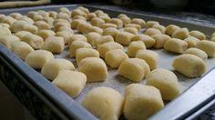 O nhoque é tipico da Itália e uma das mais populares receitas do mundo. Saiba como fazer um nhoque perfeito com um passo a passo, técnicas e ótimas dicas.