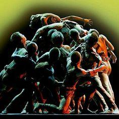 Salí a la calle y cambié el mundo  MUESTRA UNIVERSITARIA DE ARTES ESCÉNICAS  Martes 26 de mayo  Teatro Juan del Enzina · 21:00h Entradas: 3€ (a la venta en los grupos de teatro y una hora antes de comezar la actuación en el Teatro Juan del Enzina)    Policopítero  Salí a la calle y cambié el mundo.  DIRECCIÓN Y DRAMATURGIA: Virginia Ledesma    SINOPSIS:  El centro Géneri es un lugar de reunión para personas con discapacidades psicológicas y motrices. Están en plena campaña de…