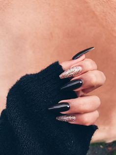 On average, the finger nails grow from 3 to millimeters per month. If it is difficult to change their growth rate, however, it is possible to cheat on their appearance and length through false nails. Long Black Nails, Black Nails With Glitter, Black Acrylic Nails, Best Acrylic Nails, Long Nails, Acrylic Box, Black Coffin Nails, Black Acrylics, Winter Acrylic Nails