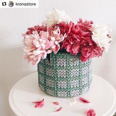 Bom diaaa!!☕️☕️☕️ Cesto lindo! Por @kronastore 🌺 . . #Trapilho #fiosdemalha #fiodemalha #crochetaddict #handmade #handmadewithlove #totora #alfombra #shirtyarn #feitocomamor #decor #knit #knitting #rugs #croche #crochet #artecomfiosdemalha #artesanato #feitoamao #vendofiosdemalha #organizadores #fiosecologicos #quartodemenina #cestofiodemalha #fiosdemalha #feitoamao