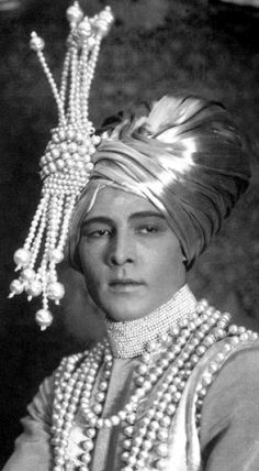 Pearls were popular in the especially in silent cinema costumes. Many of the costumes in these photos were designed by Natacha Rambova, wife of Rudolph Valentino. Rudolph Valentino in Pearls from The Young Rajah. Old Hollywood Glamour, Golden Age Of Hollywood, Vintage Hollywood, Hollywood Stars, Classic Hollywood, Rudolph Valentino, Turbans, Silent Film Stars, Movie Stars