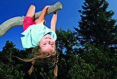 Ausgangspunkt ist der Parkplatz der Mautstraße Steinplatte.   Auf diesem Naturlehrpfad werden das richtige Verhalten am Berg sowie das die Alpenflora- und fauna und der Bergwald in unserer Region dargestellt.   Kinder erleben diesen Naturlehrpfad an eigens dafür errichteten Stationen. Es warten ein Brunnen mit Schaukel und Hochstand sowie eine Weitsprunganlage - hier können sich die Kinder mit den Tieren des Waldes Im Weitsprung messen. Gehzeit ca. 1 Stunde (Einfach) Berg, Long Jump, Interactive Map, Flagstone, Parking Space, Hiking Trails, Fountain, Waiting