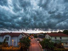 Schwere Gewitterwolken zogenüber Straubing auf.