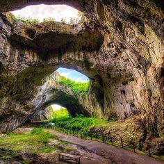 L'extraordinaire grotte de Devetashka en Bulgarie