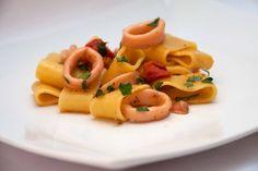 La calamarata è un primo piatto tipico della cucina campana a base di calamari. Semplice da preparare molto gustoso con i sapori del mediterraneo. Calamari, Cantaloupe, Fruit, Ethnic Recipes, Food, Cooking, Kitchen, Essen, Meals