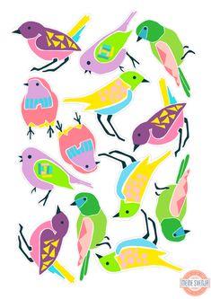 Basteln im Frühling: die kunterbunten Vögel eignen sich besonders gut für Osterdeko, Frühlingsgrüße oder als Geschenkanhänger. Den Bastelbogen zum ausdrucken gibt es auf http://www.meinesvenja.de/2015/03/31/basteln-fruehling/