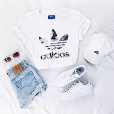 Imagen de adidas, outfit, and white ,Adidas shoes #adidas #shoes