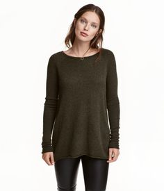 Khaki melange. Fine-knit sweater with wool content. Long raglan sleeves and rolled raw edges. Rounded hem, slightly longer at back.
