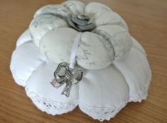 """NOUVEAU ! Pique-aiguille composé de deux """"citrouilles"""", l'une en drap ancien bordé de fine dentelle cousue main, la seconde en tissus fond gris perle  orné de roses. Le centre d - 9370687"""