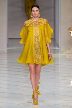 Guo Pei spring 2016 couture, the Woman Behind Rihannas Met Gala Masterpiece, Makes Her Paris Couture Debut - Fashionista Style Haute Couture, Couture Fashion, Runway Fashion, High Fashion, Fashion Show, Womens Fashion, Fashion Design, Spring Couture, Couture Week