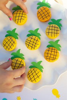 Cute & Easy DIY Pineapple Macarons!