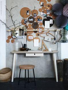 DIY - Gör en dekorativ anslagsvägg av korkunderlägg! Vi använder korkunderläggen SINNERLIG och AVSKILD i olika storlekar som får sprida ut sig på väggen ovanför skrivbordet LISABO och stången SANNOLIKT. På bilden syns även SINNERLIG pall, HEAT grytunderlägg, LISABO skrivbord.