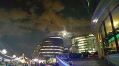 정면에 보이는것이 런던 시청사