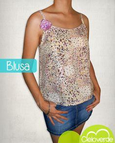 Blusa estampada con un toque romántico: Flor hecha con retazos de tela <3