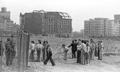 Ausbesserungen an der Mauer: Damit die Bauarbeiter nicht flüchten konnten, wurde ein Gitter aufgestellt. Die Grenzer, die die Reparaturmaßnahmen bewachten, waren mit Maschinengewehr und Fotoapparat bewaffnet.