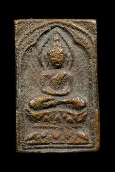 พระหลวงปู่ศุข วัดปากคลองมะขามเฒ่า พิมพ์ประภามณฑล เนื้อทองผสม องค์เป็นพิมพ์หน้าเล็กครับ องค์นี้มีจุดเด่นตรงที่ผิวเดิมๆเลยครับ มีเม็ดแร่จากการหล่อดินไทยให้ได้ศึกษากัน ส่วนหน้าตานั้นก็เดิมๆมาจากการหล่อดินไทยจะ ติดได้มากน้อยขึ้นหรือสมบูรณ์เท่สใดนั้นกับปัจจัยหลายอย่าง ทั้งอุณหภูมิ ส่วนผสมโลหะ การหลอมและการเทโลหะ