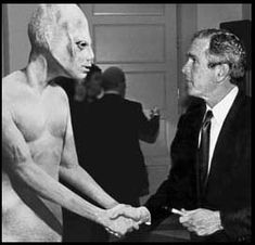 WASHINGTON -- In a surprise move that has astonished political pundits, the space alien that endorsed Bill Clinton in 1992 has switched party allegiance and is backing GOP Presidential contender George W. Alien Gris, Grey Alien, Alien Alien, Les Aliens, Aliens And Ufos, Ancient Aliens, Alien Photos, Foto Real, Space Aliens